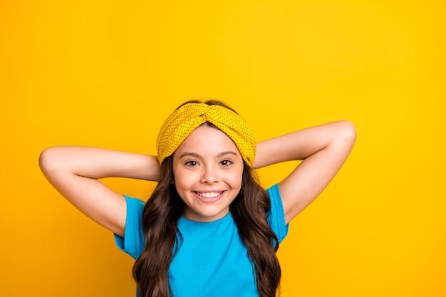 Красивая маленькая леди модель держать руки за головой расслабиться