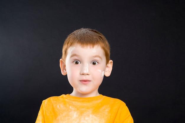 부엌에서 밀가루를 가지고 노는 아름다운 작은 나가서는 소년, 요리 훈련 및 자녀의 관심을위한 게임
