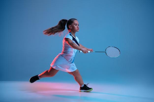 Bella piccola donna che pratica nel badminton