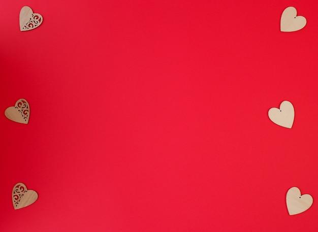 빨간색 배경에 아름 다운 작은 나무 마음