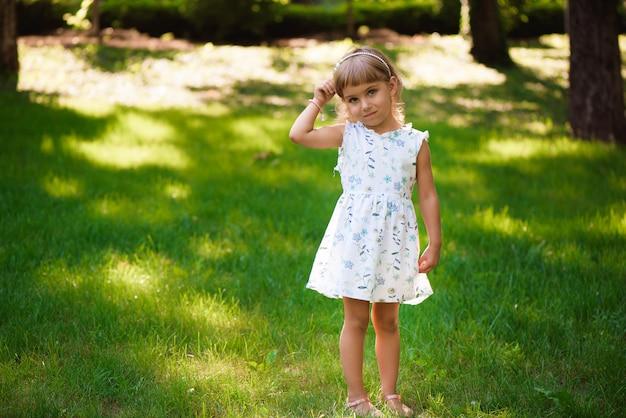 야외 공원에서 아름 다운 작은 소녀.