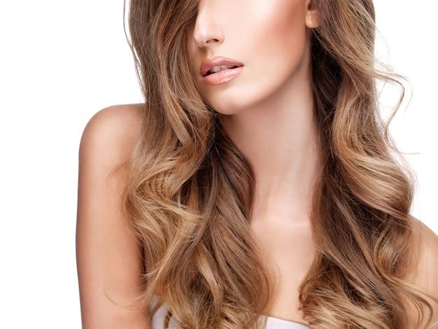 예쁜 젊은 여자의 아름다운 긴 갈색 머리. 흰색 절연