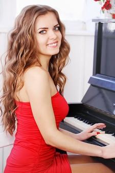 ピアノを弾く美しい長髪の女性