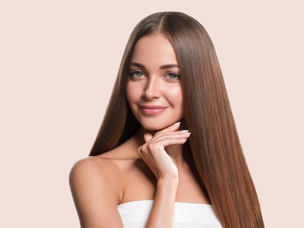 아름 다운 긴 부드러운 머리 여자 행복 깨끗 한 피부 얼굴 색 배경. 분홍