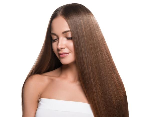 아름 다운 긴 부드러운 머리 여자 행복 깨끗 한 피부 얼굴입니다. 화이트에 격리.