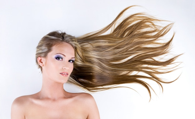 Bei capelli lunghi e lisci