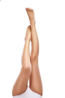 白い背景のコピースペースに美しい長い女性の足
