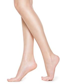 Красивые длинные женские ножки после депиляции