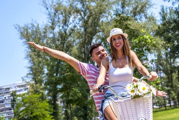공원에서 함께 피크닉 하루를 즐기는 아름다운 사랑스러운 커플