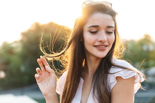 긴 갈색 머리를 가진 아름 다운 사랑스러운 젊은 여자