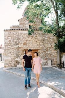 屋外散歩に行く美しい愛情のあるカップル