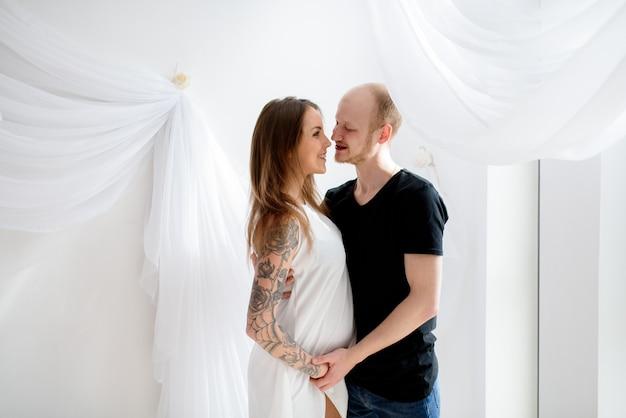 Красивая влюбленная пара в ожидании ребенка.