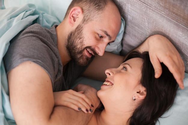 잠옷을 입고 아침에 아름다운 사랑하는 부부. 웃는 아내.