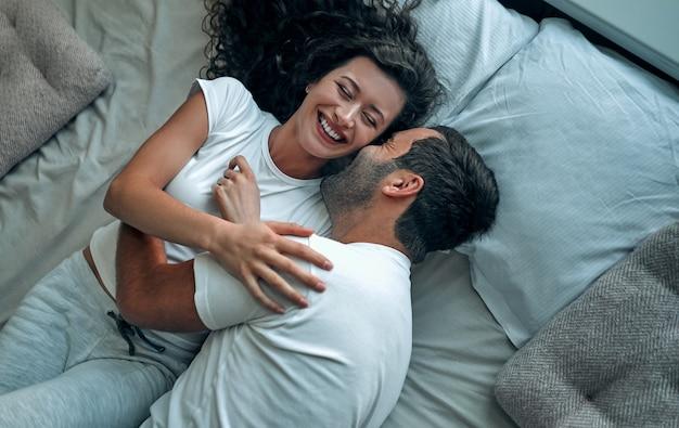아름 다운 사랑의 부부 침대에서 키스