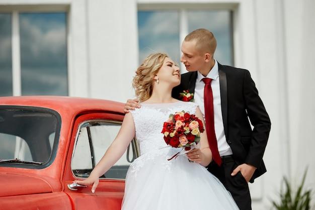 美しい愛情のある結婚式のカップルは結婚を登録し、美しい遊歩道を歩きます。男性と女性の目の幸福と愛。ロシア、スヴェルドロフスク、2019年6月15日