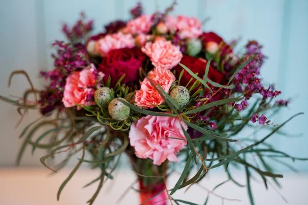 Красивый пышный букет с розами