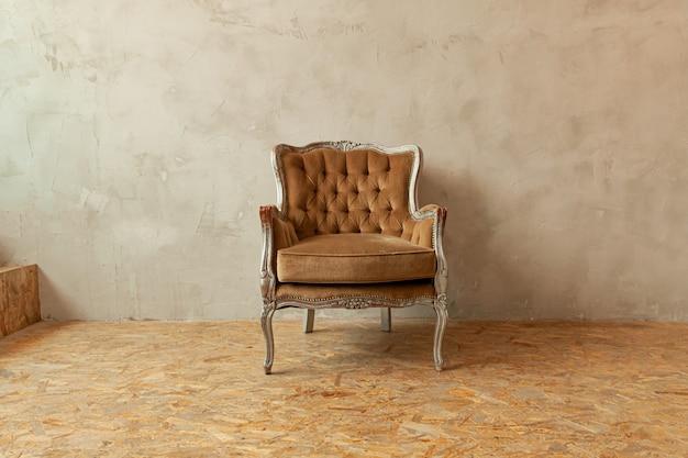 Красивая роскошная классическая biege clean интерьер комнаты в стиле гранж с коричневым креслом в стиле барокко
