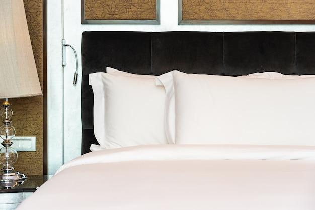 침실의 아름다운 고급스러운 편안한 흰색 베개와 담요 장식 인테리어