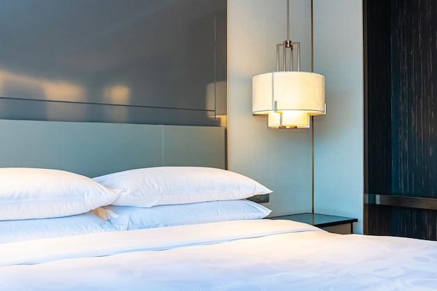 寝室の美しい豪華な快適な白い枕と毛布装飾インテリア