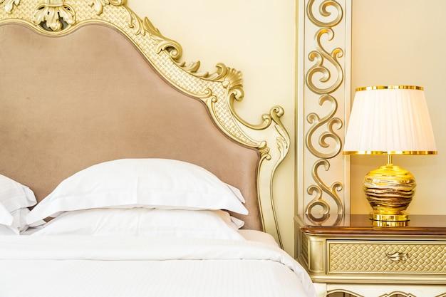 침실에서 침대 장식에 아름다운 고급 편안한 흰색 베개