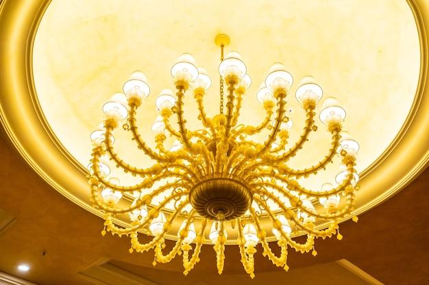 美しい豪華な電気天井灯の装飾