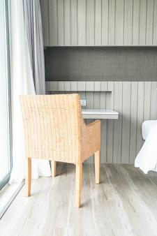 背景のためのリビングルームインテリアのソファの装飾の上に美しい豪華な枕
