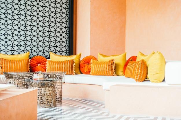 Красивая роскошная подушка на диван