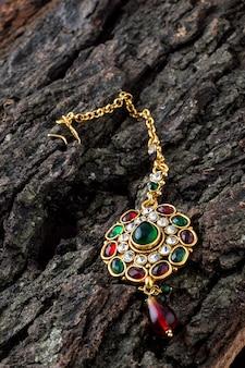 美しい贅沢ティカ。インドの伝統的なジュエリー。