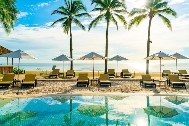 호텔 및 리조트의 야외 수영장 주변의 아름다운 고급 우산과 의자