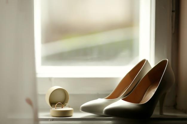 Bellissime fedi nuziali e tacchi da sposa di lusso