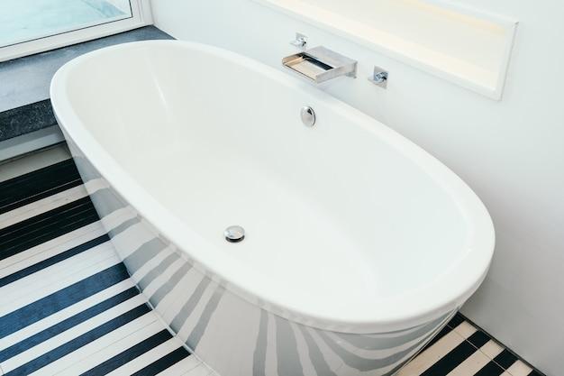 욕실의 아름다운 고급 화이트 욕조 장식 인테리어