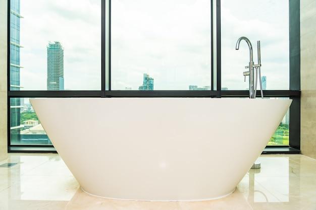 Красивая роскошная белая пустая ванна украшение интерьера ванной комнаты