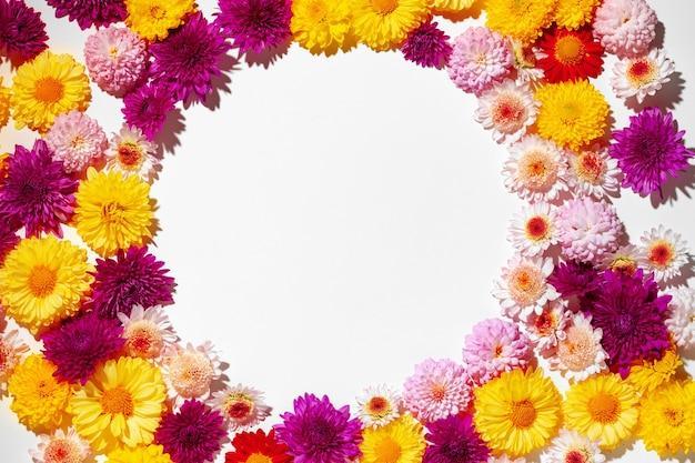 鮮やかな花のつぼみで作られた美しいフラットレイ