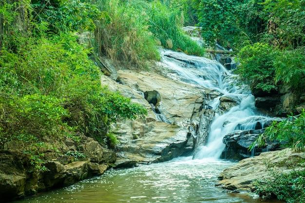タイ、チェンマイの美しいメーサー滝