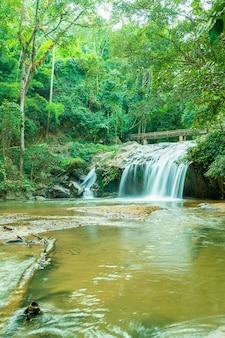 Красивый водопад мае са в чиангмае, таиланд