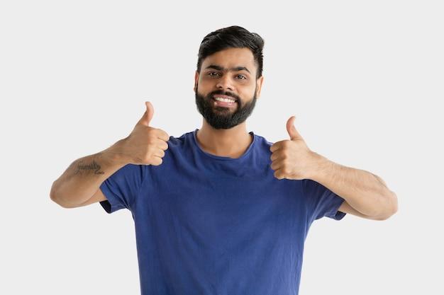 흰색 스튜디오 배경에 고립 된 아름 다운 남성 절반 길이 초상화. 젊은 정서적 힌두교 남자. 표정, 인간의 감정, 광고 개념. 멋지거나 멋지다는 표시를 보여주는 행복합니다.