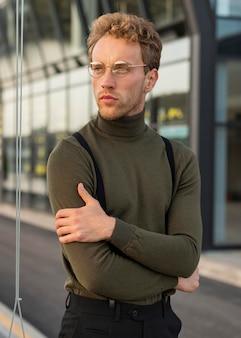 Красивая мужская модель, скрестив руки