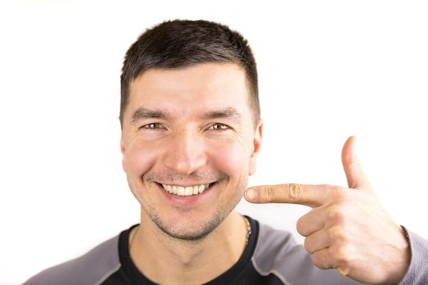 아름다운 남성 백설 공주 미소와 백인 외관 클로즈업의 입술
