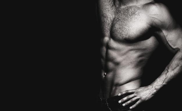Красивый мужской торс, ab. сексуальный мужчина, обнаженное тело, обнаженный мужчина. сильные мужчины, мускулистые мужчины. сексуальное тело, обнаженный мужчина, обнаженный мужчина. атлетический кавказец, ab, шесть пакетов, мышцы груди, трицепсы. черное и белое.