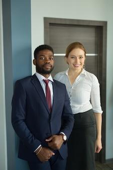사무실에서 아름 다운 남자와 여자