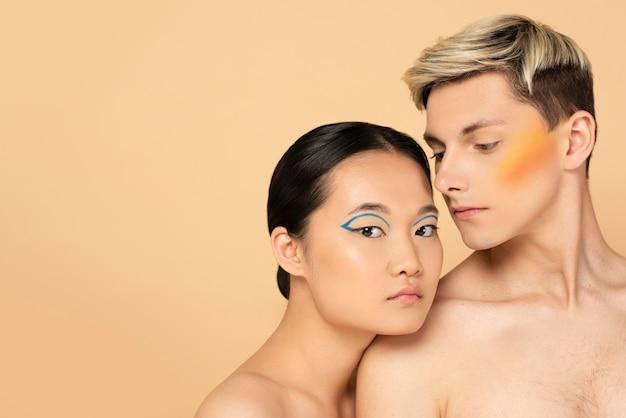 化粧をしている美しい男と女