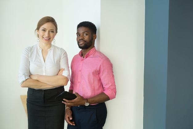 아름 다운 남자와여자가 사무실에서 태블릿