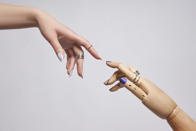 Красивый маникюр на ногтях женщины. цветное окрашивание ногтей на руке. нежные ухоженные руки
