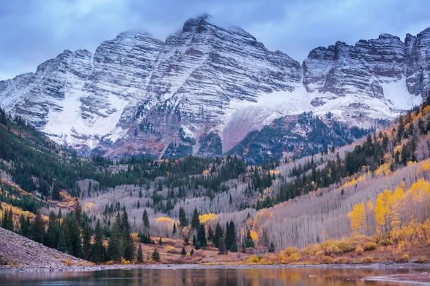 Красивое бордовое озеро в осенний сезон