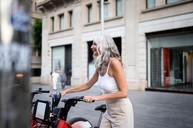 도시 주변에서 시간을 보내는 아름다운 중년 여성