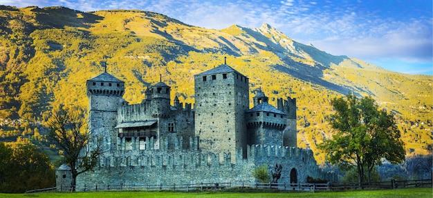イタリアの美しい中世の城-アルプスのヴァッレダオスタ山岳地帯のフェーニス