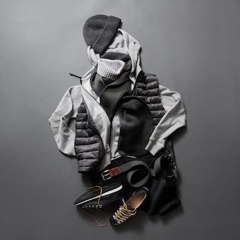 Красивая мужская одежда и аксессуары на черной поверхности