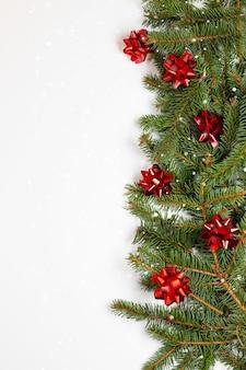 상록 가문비 나무 가지와 아름 다운 메리 크리스마스와 새 해 프레임 카드 배너
