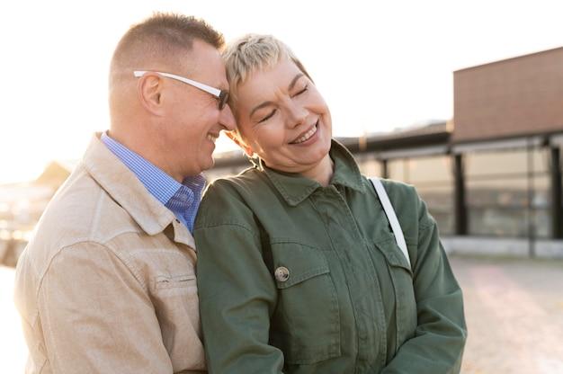 Красивая пара среднего возраста ласковая