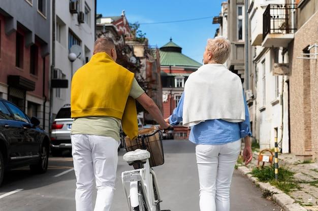 Красивая пара среднего возраста на свидании в солнечный день